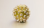 Bullseye-Glass-Perle grün/gold (in Halskette enthalten)