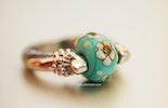 Flower from Ibiza Fingerring mit Muranoglas, ist jetzt bei Nikki/Basel