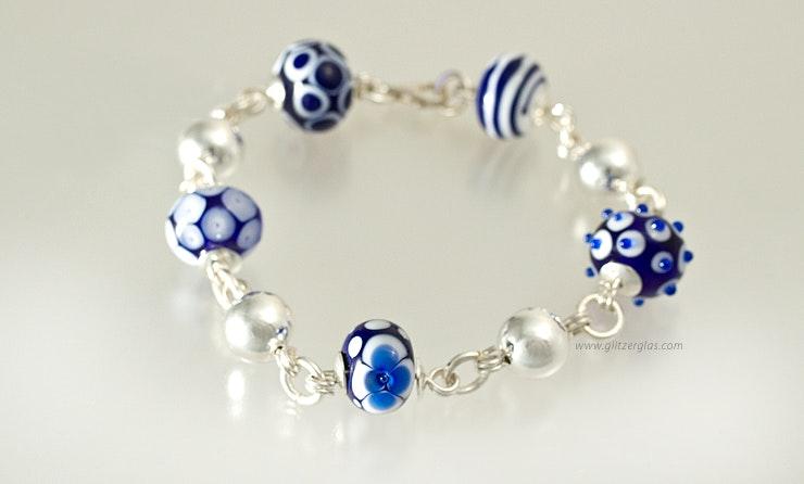 """""""Blubaju"""" Armband mit verschiedenen Glasperlen in Königsblau/weiss"""
