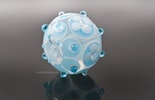 """""""Zartblau"""" Blümchen-Glasperle Grundperle ist Klarglas mit weiss/hellblauem Muster Durchmesser ca.24mm"""