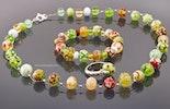 """""""Maibunt"""" Ensemble mit bunten Glasperlen. Halskette, Armband und Fingerring. Bestellung aus Bern."""