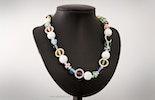 Halskette mit bunten Glasperlen, weissen Korallen und Echtsilberschmuck.