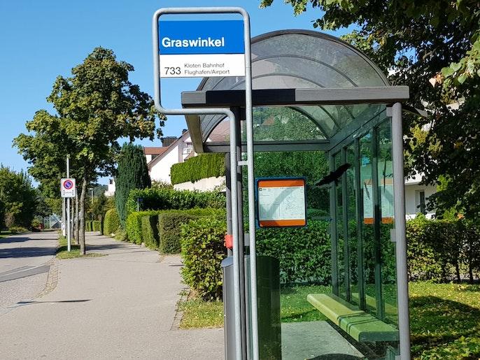 Bushaltestelle Graswinkel direkt vor Gebäude