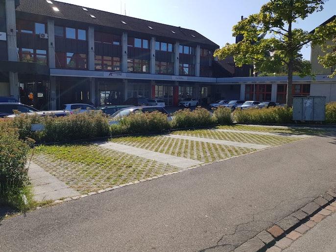 Besucherparkplätze hinter dem Haus